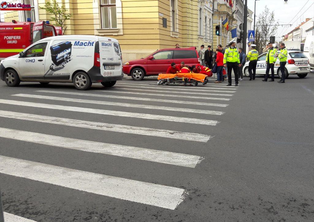 Femeie lovită de un autoturism pe trecerea de pietoni lângă Primăria Cluj-Napoca FOTO
