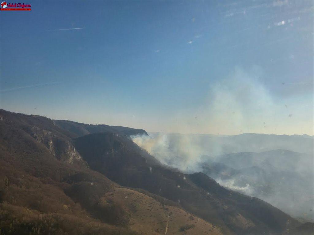Intervenție dificilă cu elicopterul în Munții Apuseni, pentru stingerea unui incendiu de vegetație uscată VIDEO