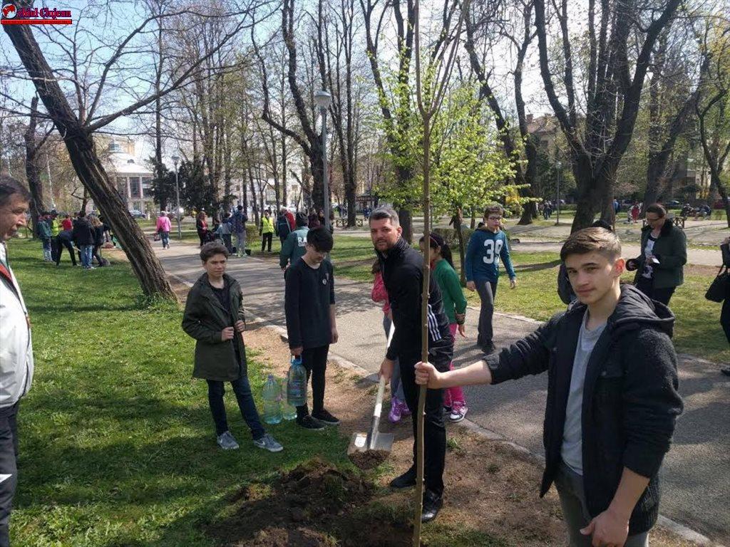 Polițiștii alături de cei mici în proiectul Salvezi un pom – Plantezi un pom! FOTO