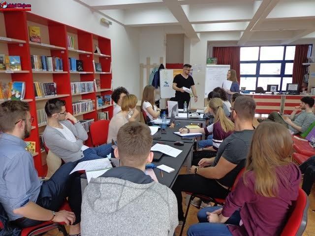 Sesiuni de instruire în domeniul IT pentru adolescenţi