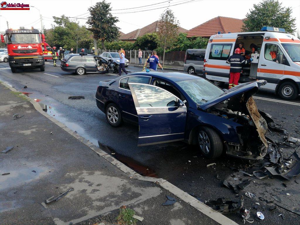 Impact frontal între două mașini la Ambient FOTO