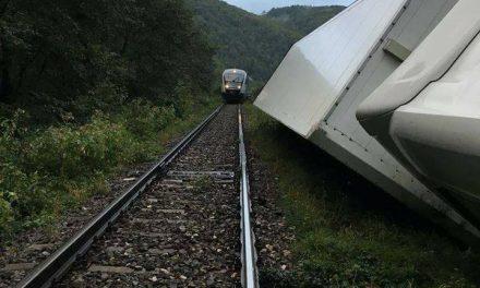 Cluj: Tir răsturnat la Negreni. Circulația feroviară a fost blocată FOTO