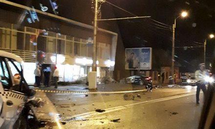 Impact violent între un autoturism și un taxi pe strada Traian Vuia FOTO