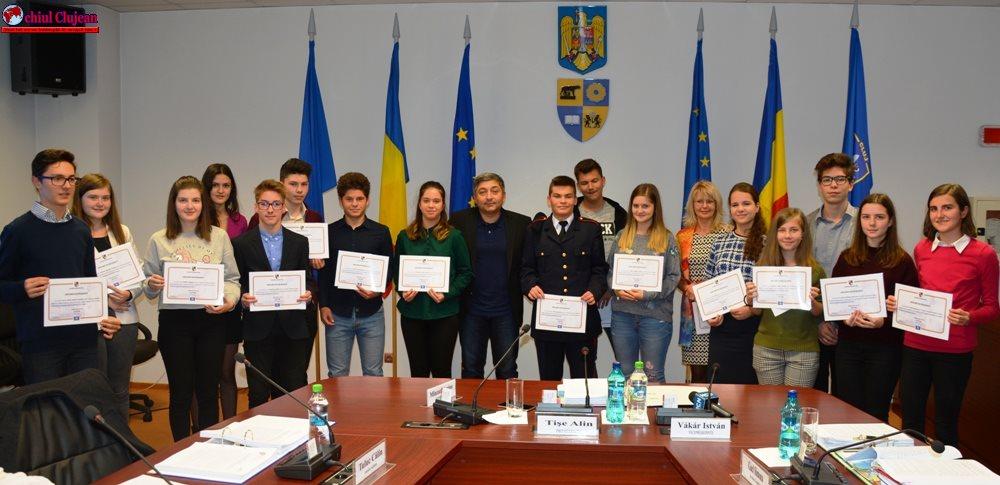 Elevii de nota 10 ai Clujului au fost premiați de Consiliul Județean FOTO