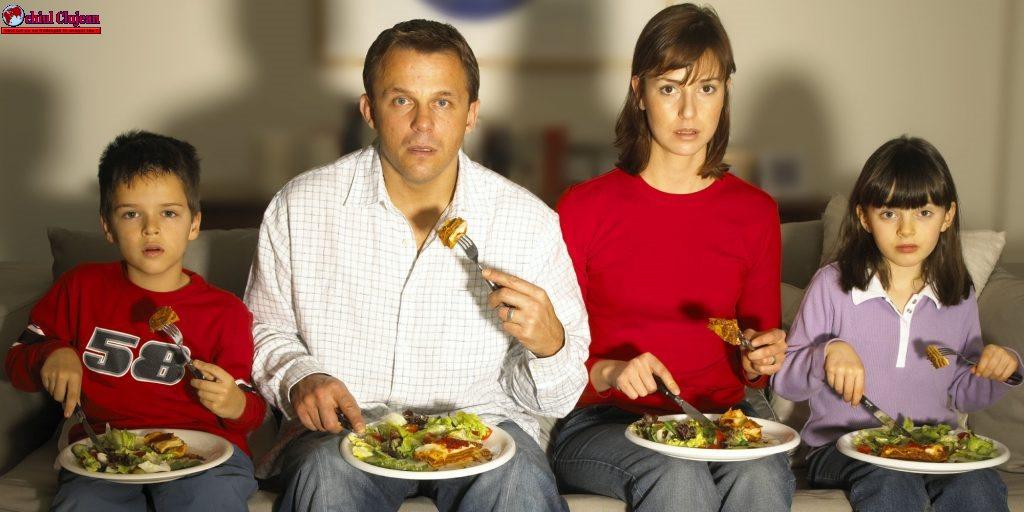 De ce nu trebuie să mănânci niciodată în fața televizorului
