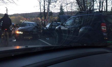 Accident în Făget! Un șofer a intrat cu BMW-ul pe contrasens FOTO