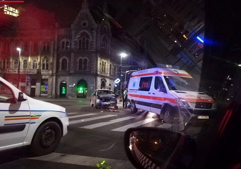 Impact între o ambulanță SAJ și un taxi pe strada Regele Ferdinand FOTO