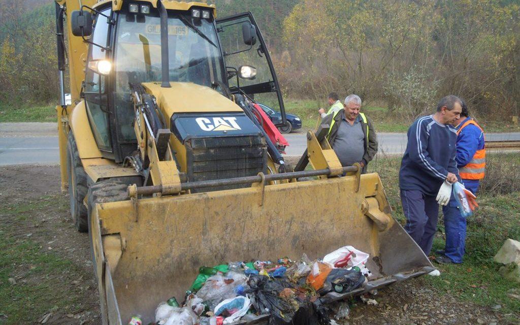 O nouă acțiune de ecologizare derulată de Consiliul Județean în zona lacului Tarniţa FOTO