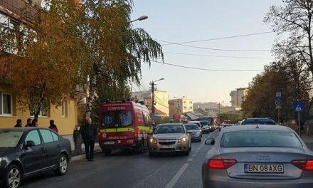 Pieton lovit de un autoturism pe strada Alexandru Vlahuță. Victima traversa regulamentar FOTO