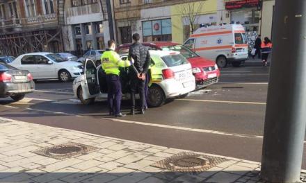Accident pe strada Horea! Persoană încătușată de polițiști FOTO