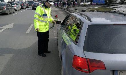 Cluj: Polițiștii au dăruit zâmbete și flori de 8 martie FOTO