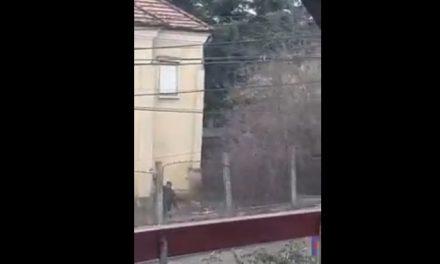 UPDATE ATENȚIE ȘOFERI! Un nebun aruncă cu bolovani după mașini pe o stradă din Cluj-Napoca VIDEO