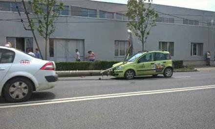 Accident grav lângă Aeroportul Cluj. Un șofer a intrat cu mașina într-un stâlp FOTO