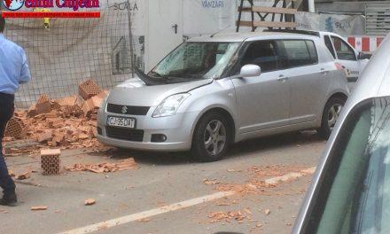 """Un palet de cărămidă a căzut peste o mașină care trecea pe strada Șomeșului. """"Șoferul a avut zile"""" spune un martor FOTO"""