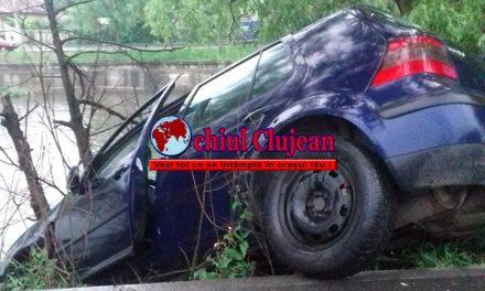 Un șofer a fost la un pas să ajungă cu mașina în Someș FOTO