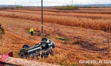 Accident pe strada Libertății din  Dej! Un șofer s-a răsturnat cu mașina pe un câmp