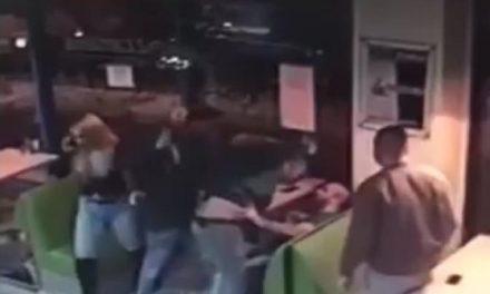 Bătaie în fața unui fast-food din Cluj-Napoca. O persoană a fost reținută de polițiști