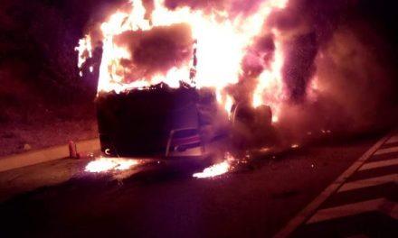 Autocar distrus de flăcări  pe centura Vâlcele – Apahida VIDEO