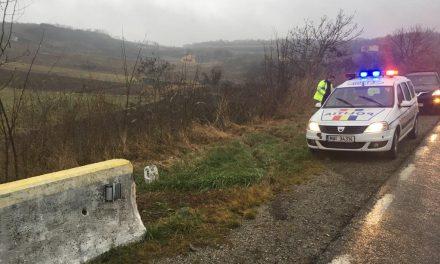 Accident pe DN16! O șoferiță a ajuns la spital după ce s-a răsturnat cu mașina FOTO