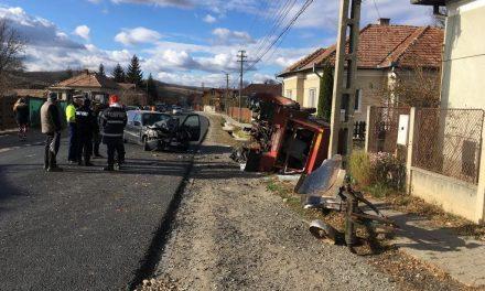 Impact violent între un tractor și un autoturism. Două persoane au ajuns la spital FOTO