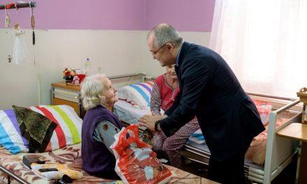 Emil Boc a dus cadouri persoanelor vârstnice de la Centru de îngrijire din Cluj FOTO