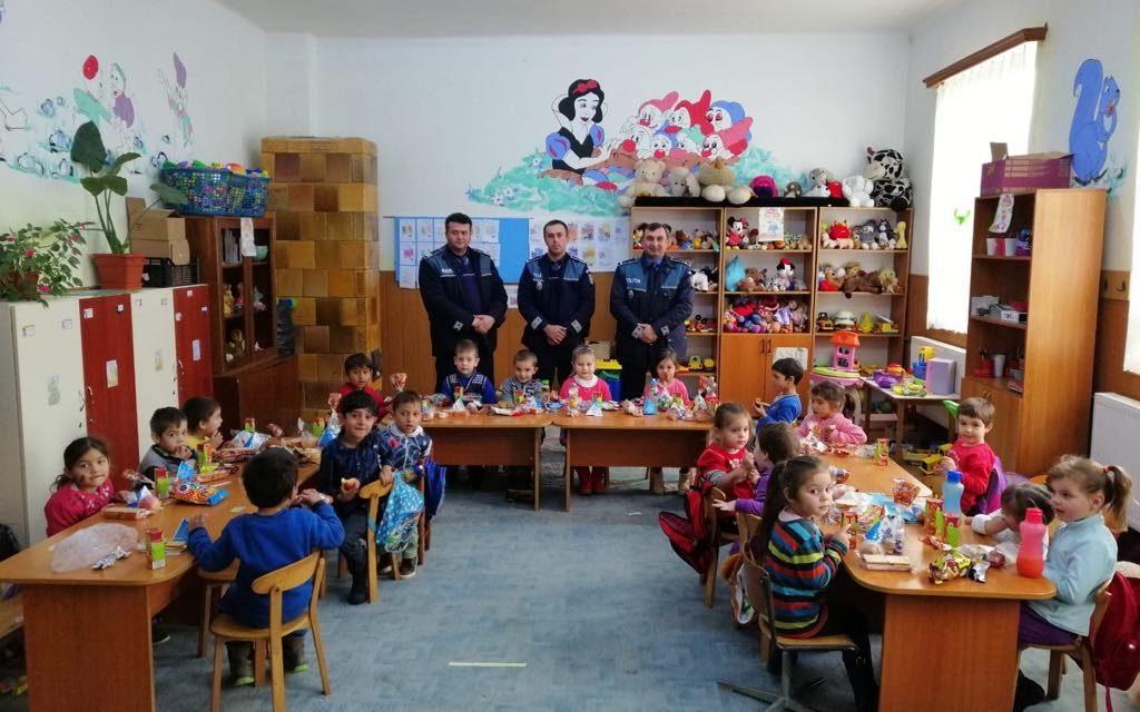 Cu girofarul pornit, Moș Nicolae a sosit la copiii din localitatea Călățele FOTO