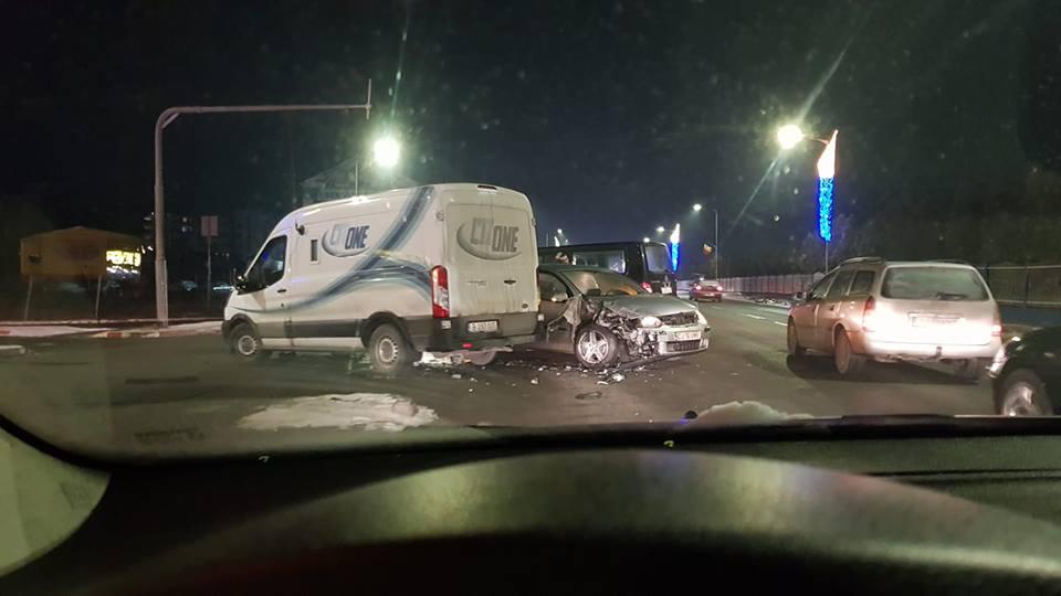 Impact între o dubă și un autoturism lângă Metro VIDEO