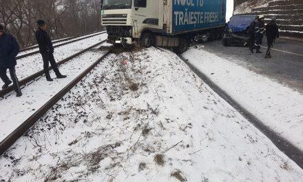 Accident la Bologa. Traficul feroviar și auto blocate FOTO