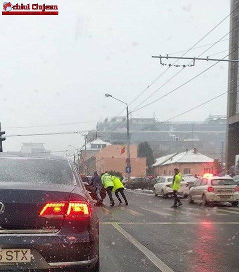RESPECT! Polițiștii împing o mașină defectă în dreptul Bisericii Sf. Petru FOTO