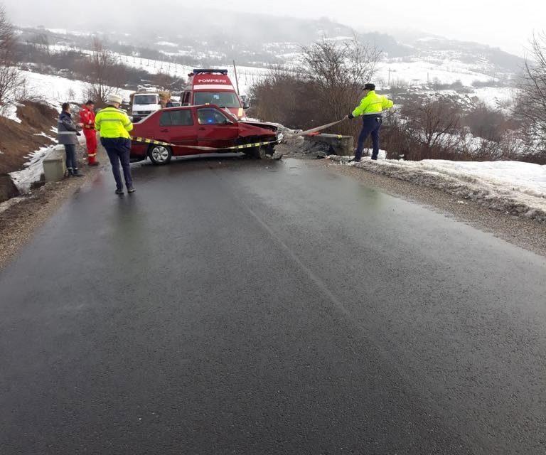 Accident la Bobâlna! A intrat cu mașina într-un cap de pod. O persoană a ajuns la spital FOTO