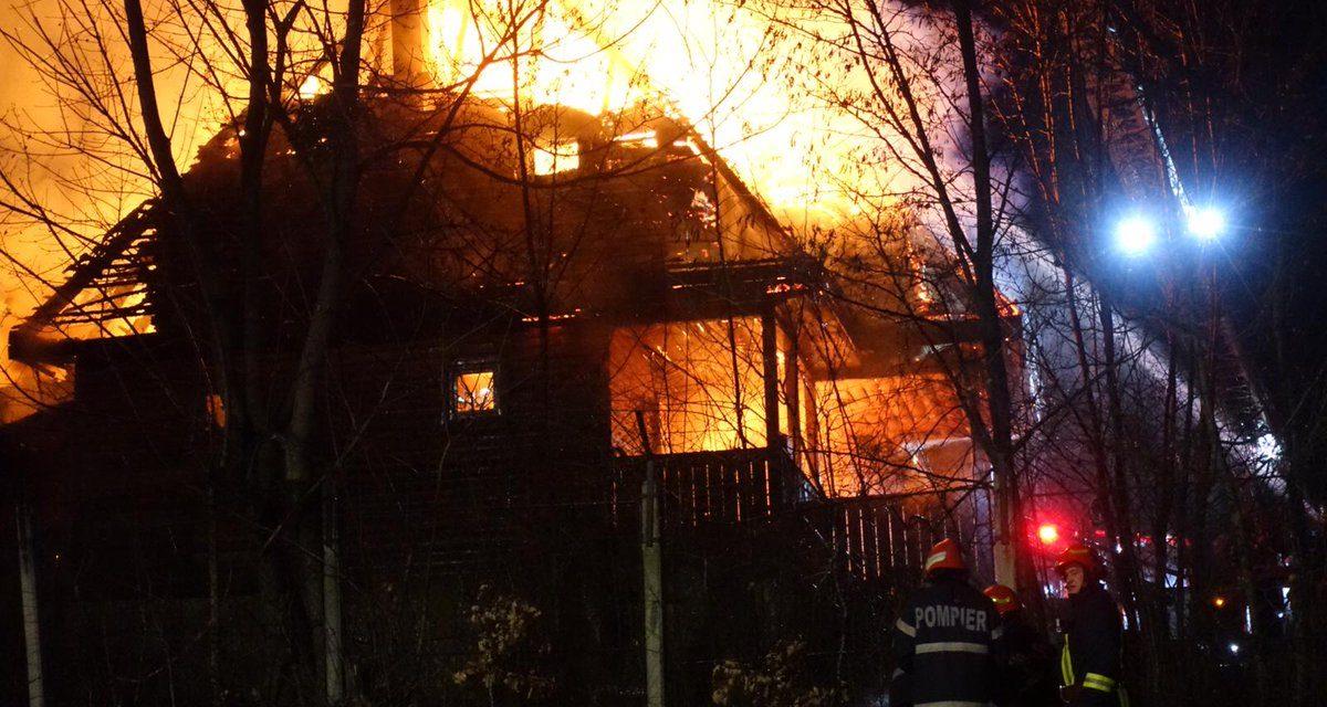 Incendiu la Muzeul Satului. Acoperișul unei grădinițe a fost cuprins de flăcări FOTO
