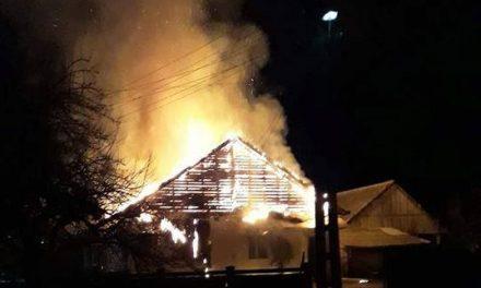 Sălaj: Acoperișul unei biserici a fost cuprins de flăcări FOTO