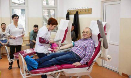 Cluj: Emil Boc și zeci de angajați ai Primăriei au donat sânge FOTO