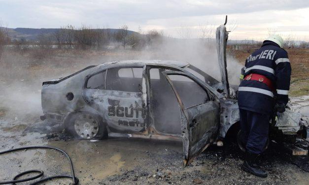 Incendiu pe Autostrada A3. Un autoturism a fost distrus de flăcări FOTO