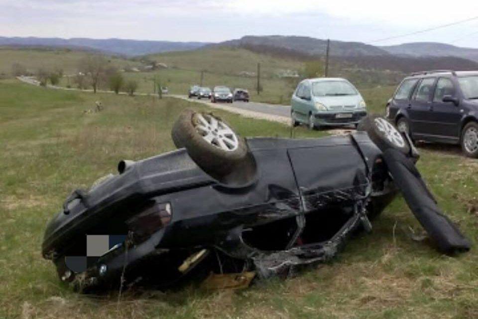 Cluj: S-a urcat băut la volan și s-a răsturnat cu mașina în decor FOTO