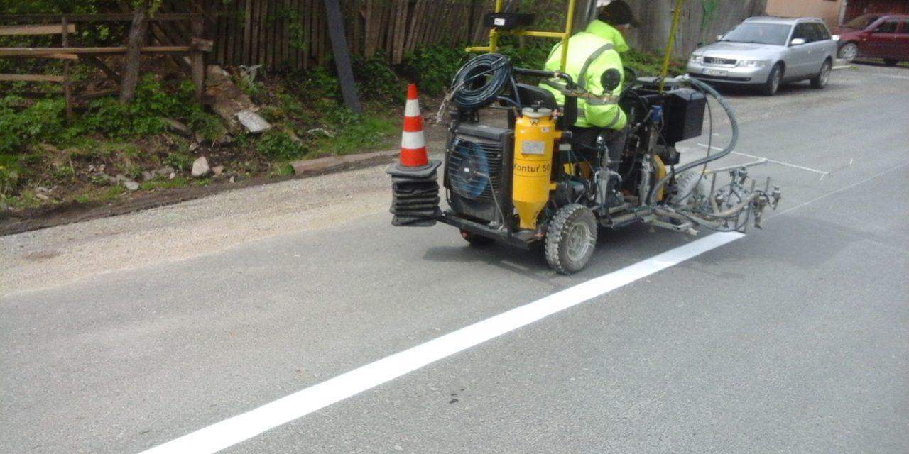 Cluj: Marcaje rutiere pe mai multe drumuri județene, inclusiv pe coronamentul podurilor și podețelor FOTO