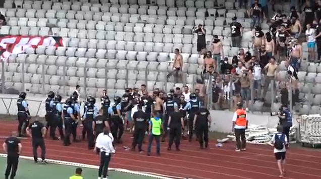 A fost reținut suporterul U Cluj care a lovit  cu scaunul în cap un jandarm VIDEO