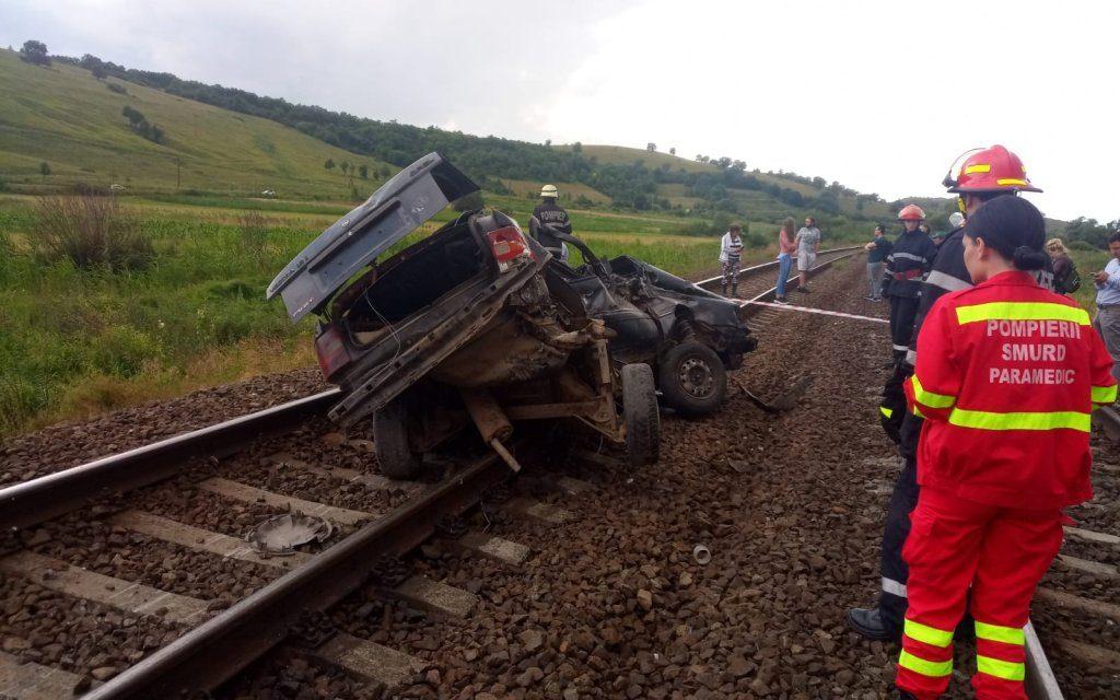 Cluj: Autoturism spulberat de tren. Două persoane au decedat FOTO