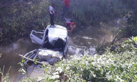 Accident la Gherla! Au plonjat cu mașina într-un pârâu FOTO