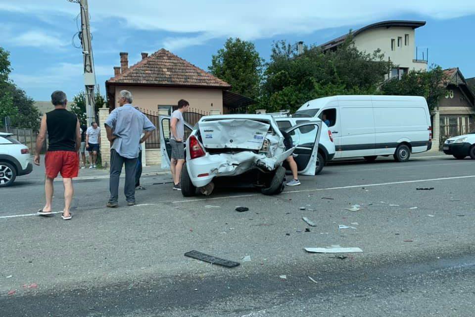 Accident cu trei mașini în Florești. O persoană a ajuns la spital FOTO