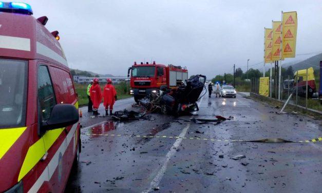 Impact violent între un autoturism și un TIR, la Căpușu Mare. O persoană a decedat FOTO