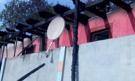 Acoperișul unei case din Ghirolt, distrus de flăcări FOTO