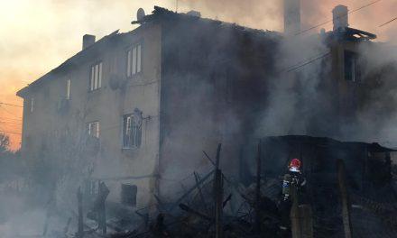 Acoperișul unui bloc,  cuprins de flăcări. Locatarii s-au autoevacuat FOTO