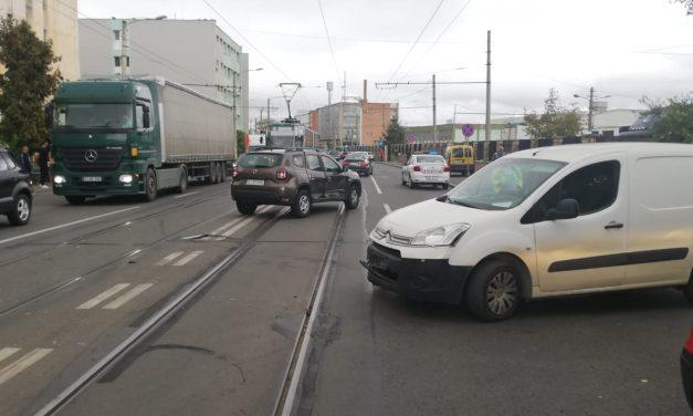 Accident pe Bulevardul Muncii, produs de un sofer neatent FOTO
