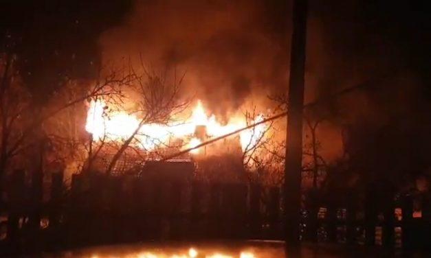 Cluj : Incendiu la acoperisul unei locuințe. O persoană a ars de vie VIDEO