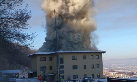 Incendiu la acoperișul unui imobil din Florești. 20 de pompieri au intervenit FOTO -VIDEO