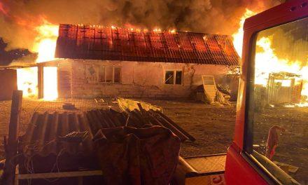 Incendiu puternic în Sânnicoara. Acoperișul unei case a luat foc FOTO