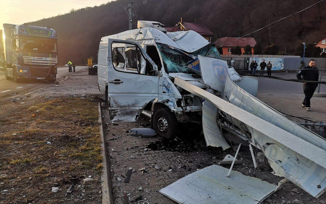 Accident între un TIR și un microbuz la  Ciucea FOTO
