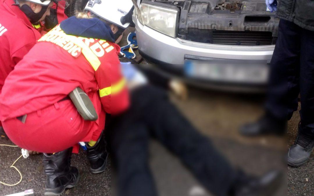 Clujean strivit de mașina pe care încerca să o repare. A fost salvat de un trecător și un taximetrist FOTO