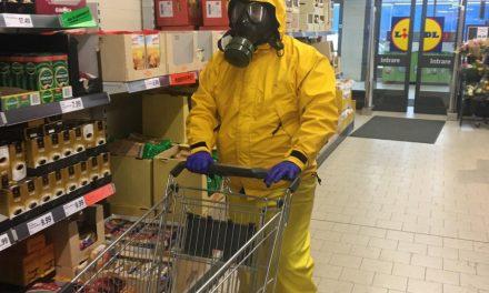 CLUJ:  S-a costumat în combinezon chimic, cu mască de gaze și s-a dus la cumpărături FOTO